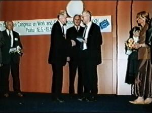 Jiří Hoskovec - Kongres EAWOP Praha 2001 Ocenenie za celoživotné zásluhy o rozvoj psychológie práce